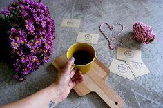 Há manhãs mais feliz que outras, principalmente, quando consegues reunir numa mesa um café acabado de fazer, umas flores acabadas de comprar no mercado e os novos cartões @andreiacostahandmade (com o logotipo mais lindo do mundo,  feitos pela querida @pippinha ) Bom dia. Boa 6ª feira!!! #sextafeiradasflores #omeucafédamanha  #flowersmakemehappy