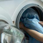 Ρυτίδες τέλος: Δοκιμάστε αυτό το σπιτικό τονωτικό με το λεμόνι και δείξτε πιο φρέσκες στο λεπτό Laundry Bin, Laundry Area, Doing Laundry, Laundry Hacks, Laundry Detergent, Laundry Room, How To Wash Silk, Silk Sheets, Disposable Gloves