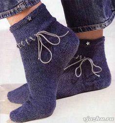 Женские носки в джинсовом стиле и со шнуровкой для вязания спицами. Подробное описание работы.