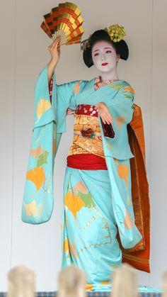 Maiko wearing an ichou hikizuri kimono. Dancing! :)