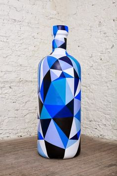 Fika to Dika - For a Better World: Decoration Glass Bottle Painted Glass Bottles, Glass Bottle Crafts, Wine Bottle Art, Diy Bottle, Decorated Bottles, Blue Bottle, Altered Bottles, Bottle Painting, Bottle Design