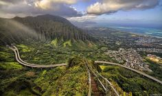 Vista desde as escadas Haiku, também conhecido pelo caminho para o céu. É um trilho íngreme na ilha de Oahu por entre uma paisagem deslumbrante.