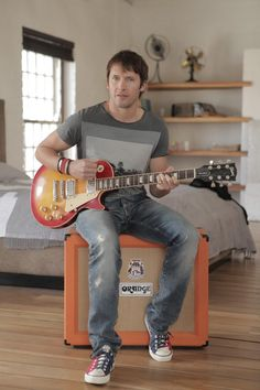 james blunt........ONE OF MY FAVORITE SINGERS.....JUST LOVE THIS GUYS VOICE....NICE PIC