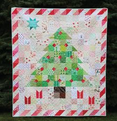 Over 18 different modern Christmas Quilt patterns including free tutorials for tree skirts and throw pillows. Christmas Tree Quilt, Christmas Quilt Patterns, Christmas Sewing, Christmas Fabric, Christmas Projects, Christmas Quilting, Christmas Ideas, Quilted Christmas Gifts, Christmas Patchwork