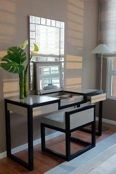 meuble coiffeuse de design élégant avec miroir rectangulaire et miroir rabattable, compartiment à bijoux et chaise en bois