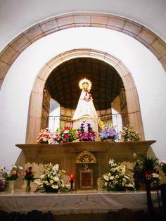 Altar con la Virgen. la Virgen Negra de la Peña de Francia es Patrona de Ciudad Rodrigo y Salamanca. También es patrona de Sao Paulo ( Brasil )  y de Bicolandia ( Filipjnas ). Pese a su cercanía a Ciudad Rodrigo el santuario esta adscrito a la diócesis de Salamanca
