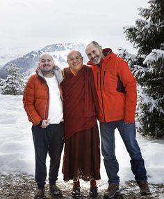 C'est au cœur des Alpes suisses que Matthieu Ricard, moine bouddhiste et interprète du Dalaï-Lama, Christophe André, et le philosophe Alexandre Jollien, ont cogité sur la libération intérieure, thème de leur dernier ouvrage, «A nous la liberté!» Meditation, Winter Jackets, Relaxation, Films, Stress, Eyes, Buddhist Monk, Buddhism, Dalai Lama