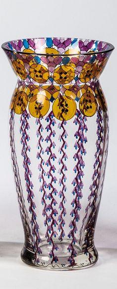 Fachschule Haida, um 1915  Farbloses Glas mit Gelbbeize und buntem Transparentemail. Umlaufend rapportierender Ornamentdekor. Konturen- und Binnenzeichnung in Schwarzlot. H. 15,5 cm