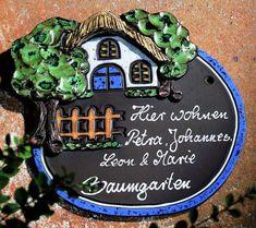 Individuell beschriftetes Keramik Türschild Haus mit Zaun - Wetterfest gebranntes Keramiktürschild gefertigt in aufwändiger Handarbeit. Motive plastisch herausgearbeitet und bemalt mit keramischen Farben.