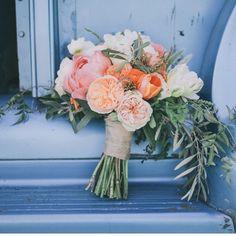 Beau bouquet style champêtre, tons rose et orangé pâles