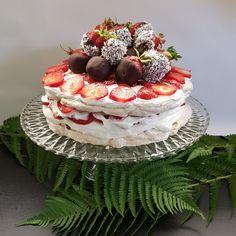 Marängtårta med jordgubbar ~~~ Strawberry and meringue cake ~~~ https://www.instagram.com/jossanspysselochbak/
