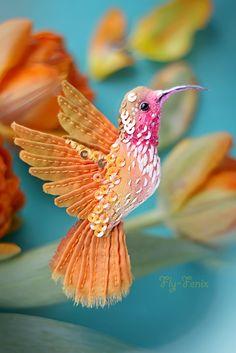 Привет, друзья! Я предлагаю вам сделать вместе со мной миниатюрную птичку-брошь КОЛИБРИ. На мастер-классе мы изучим способ росписи, вышивания и декорирования текстильной броши. Сами сошьем миниатюрную заготовку для броши, распишем её и разошьем перьями из шелка и бисером, согласно своим цветовым предпочтениям. С мастер-класса каждый уйдет со своей неповторимой птицей.