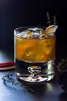 Fresh Apple Cider and Bourbon combine to make an easy and tasty fall drink in this Bourbon Apple Cider Cocktail recipe. Bourbon Apple Cider, Spiked Apple Cider, Apple Cider Cocktail, Raspberry Cocktail, Warm Apple Cider, Cider Cocktails, Fall Cocktails, Gin Recipes, Gin Cocktail Recipes