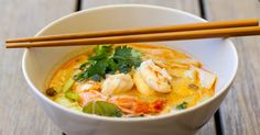 Thai spiced coconut broth with coriander, shrimps and salmon Diet Soup Recipes, Vegetarian Recipes, Tom Yam Soup, Moroccan Lentil Soup, Lemon Basil Chicken, Law Carb, Cabbage Soup Diet, Plant Based Eating, Eat Smart