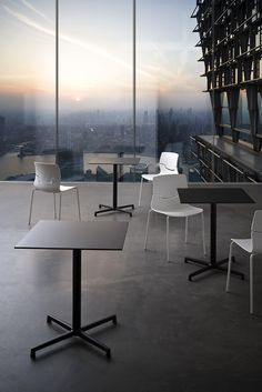 Sedie e tavoli lineari / Linear chairs and tables