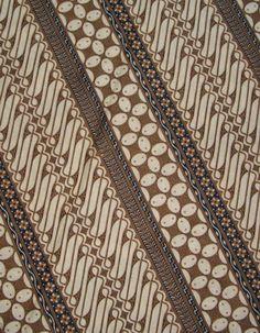 Parang Klitik. Motif batik yang menyimbolkan perilaku halus dan bijaksana. Dulu motif batik ini hanya dikenakan oleh para putri raja.