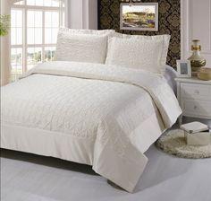 Покрывало на кровать, стеганое, жаккардовое, шелковое, однотонное, кремовое, арт. yg-1 Красивое жаккардовое покрывало, с декоративными наволочками, на полутораспальную и двуспальную кровать. Цвет: кремовое. 4 размера: 160 * 240 см., 220 * 240 см., 240 * 260 см. и 260 * 260 см. Выберите нужный Вам размер и положите его в Вашу корзину!