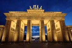 Das Brandenburger Tor in Berlin steht am Pariser Platz in der Dorotheenstadt im Ortsteil Mitte. Es wurde in den Jahren von 1788 bis 1791 auf Anweisung des preußischen Königs Friedrich Wilhelm II. von ..