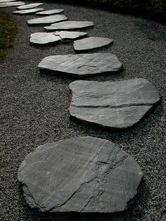 All the secrets to create a zen garden decor and 70 inspiring photos Are you thinking of rearranging your outdoor space, but are not sure of the preferred style? Today, we will inspire you to adopt the zen garden decor . Garden Stones, Garden Paths, Garden Landscaping, Landscaping Ideas, Walkway Garden, Modern Landscaping, Zen Garden Design, Landscape Design, Path Design