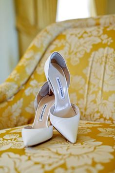 Classic wedding shoes - white pumps for bride {Julie Surette Photography} Grey Wedding Shoes, Designer Wedding Shoes, Bridal Wedding Shoes, Manolo Blahnik Heels, White Pumps, Glass Slipper, Bridal Looks, Wedding Accessories, Classic