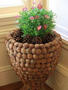 Šikovná maminka sesbírala popadané šišky, ze kterých vytvořila nádherné podzimní dekorace! Díky ním ušetříte stovky korun!   Prima   Strana 2 Garden Projects, Projects To Try, Fun Crafts, Diy And Crafts, Sugar Plums Dancing, Cement Flower Pots, Garden Angels, Concrete Crafts, Pine Cone Crafts