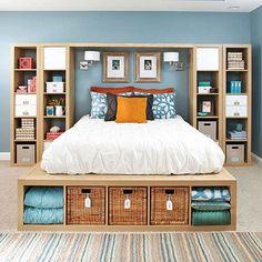 Inspírate en la idea de Bhg para convertir tu Kallax en un somier para tu cama. En esta apuesta, dos juegos de estanterías coronan el dormitorio para convertirse en espacio inteligente de almacenaje.