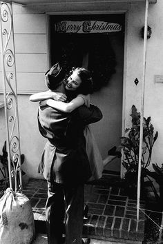 Soldier returns home, vintage WWII - Classic Kiss Vintage Couples, Vintage Love, Vintage Romance, Vintage Stuff, Old Pictures, Old Photos, 1940s Photos, Vintage Pictures, Vintage Images