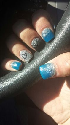 I always do my nails from ideas fromm pintrest. Black and blue glitter