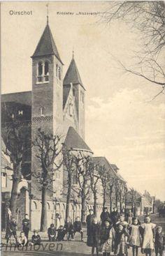 Klooster Nazareth, Koestraat. met op de voorgrond het echtpaar Barend Meijer - Roos de Groot met hun dochters Sophie en Betsie (met de hoedjes), 1915 - 1925
