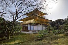 """Golden Pavilion  Kyoto é repleto de belos santuários e templos, o que mais se destaca é kinkaju-ji ou """"Pavilhão Dourado"""", o templo budista recentemente se tornou um dos lugares mais visitados no Japão."""
