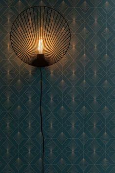 Des papiers peints art déco Art deco wallpaper on the walls, by touch, total look, mixing styles. Art Deco has Vintage Wallpaper, Art Deco Wallpaper, Interiores Art Deco, Interiores Design, Luminaire Mural, Spot Light, Salon Art, Art Deco Lighting, Art Deco Design