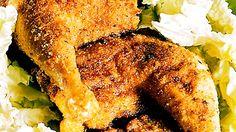 Broileri saa ihanan rapean pinnan, kun se paneroidaan parmesaanilla. Salaatti ja…