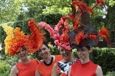 Die Exzentriker dürfen in Ascot natürlich nicht fehlen: Diese Damen trugen Blumenarrangements auf den Köpfen.