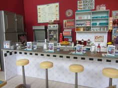 Miniature Cafe - the details are incredible Vitrine Miniature, Miniature Rooms, Miniature Furniture, Dollhouse Furniture, Doll Furniture, Diy Dollhouse, Dollhouse Miniatures, Mini Cafe, Retro Diner
