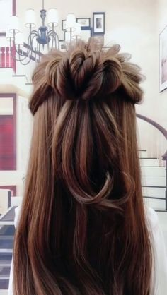 Super good-looking half-bun hairstyle 🔥🔥 - Frisuren - Cheveux Bun Hairstyles, Pretty Hairstyles, Black Hairstyle, Fringe Hairstyle, Medium Hairstyle, Hairdos, Hairstyle Ideas, Pinterest Hair, Hair Videos
