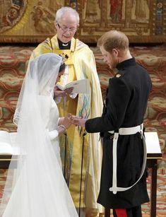 Harry s Meghan si vyměňují svatební prstýnky