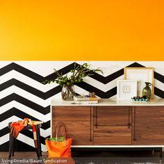 Der farbenfrohe Ethnostil in diesem Flur hat eine starke positive Ausstrahlung. Die Kombination aus Muster und dem knalligen Orange ist gewagt,…