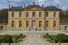 7- Château de Villette. -.. du lieux, qui a tout de même de beaux restes: un jardin dessiné, dit-on, par Le Nôtre, un vestibule d'honneur somptueux, de très beaux salons aux proportions intactes, une salle à manger dotée de boiseries remarquables, associées à de rares rafraîchissoirs de pierre. C'est plus ou moins dans cet état -le château a été de surcroît transformé en chambres d'hôtes pendant 10 ans par sa dernière propriétaire - que Jacques Garcia le visite il y a de cela quelques…