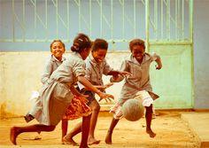 Le temps est venu des Jeux et du partage entre ces jeunes filles dans une école qui se trouve à la périphérie de la Capitale Malgache. Innocence et joie se mêlent autour du ballon telle une danse autour du monde. L'espace d'un instant les soucis sont oubliés et il ne reste que le plaisir de jouer et la joie d'être ensemble. AUTEUR : ISABELLE SERRO COPYRIGHT