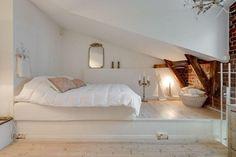 Tunnelmallinen makuuhuone ullakkoasunnon parvella