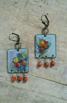 *Nature vivante* - émaux - boucles d'oreilles bohème feuillage et fleurs sur fond gris : Boucles d'oreille par echappee-perles