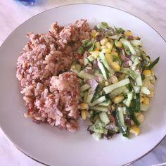 Полноценный обед: углеводы+клетчатка. У меня это смесь риса и салат из огурцов, кукурузы и салата айсберг🥗