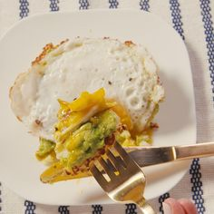 Best Avocado Cauliflower Toast Recipe - How To Make Avocado Cauliflower Toast. You're going to want to replace all toast with this delicious, carb-free cauliflower version. Breakfast And Brunch, Low Carb Breakfast, Breakfast Dishes, Breakfast Recipes, Vegetarian Breakfast, Low Carb Recipes, Diet Recipes, Vegetarian Recipes, Cooking Recipes