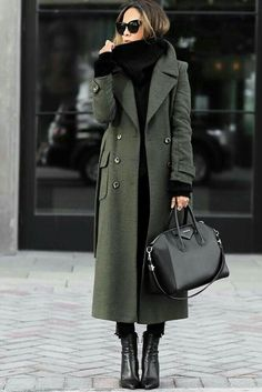 Minimal outfit ideas - MONIQUE LASCURAIN - - Minimal outfit ideas Long green coat over black jeans and black knit sweater Best Winter Coats, Winter Coats Women, Fall Coats, Autumn Coat, Green Winter Coat, Stylish Winter Coats, Winter Jackets, Mode Outfits, Fall Outfits