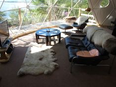 modern living room by Go Glamping (Hold the geodesic dome, more Eames Lounge Chair please! Monolithic Dome Homes, Sustainable Building Materials, Go Glamping, Camping, Off Grid House, Eco Buildings, Eco Green, Geodesic Dome, Earthship