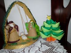 Sagrada familia made in Colombia, utilizando estropajo, costal, cartón, madera y tela. El arbol de origami lo hizo mi niña.