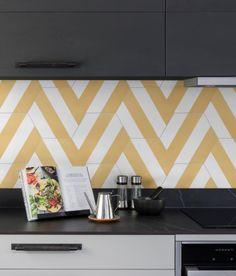 IDEAS DE AZULEJOS CREATIVOS Las principales tendencias de cara al 2021 Yellow Tile, Pink Tiles, Kitchen Splashback Tiles, Hexagon Tiles, Hexagon Shape, Herringbone Tile, Feature Tiles, Decorative Tile, Interior Walls