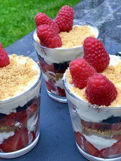 Zomerse toetjes met mascarpone slagroom Fruit Trifle, Trifle Desserts, Delicious Desserts, Diner Recipes, Snack Recipes, Dessert Recipes, Cooking Recipes, Tapas, Low Carp