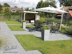 Een tuin in Rhoon met veel gazon en een overkapping om lekker vaak onder te kunnen zitten.