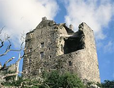 This is Neidpath Castle which was built high above the river Tweed about one mile west of Peebles in the Scottish Borders.in the 13th century it was lived in by the Frasers. One of this family was executed with William Wallace (Braveheart) in 1307. Mary, Queen of Scots and her son James V1 and 1 both visited Neidpath in the second half of the 16th century.